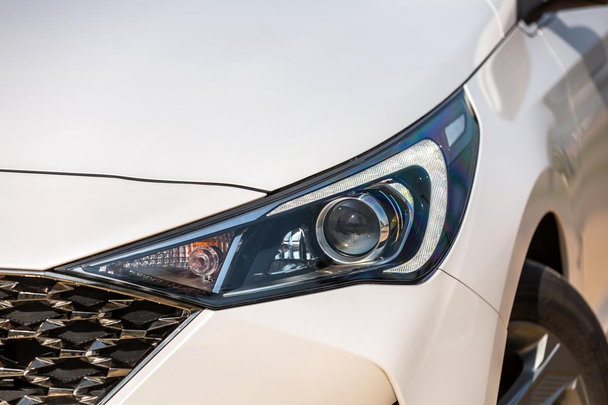 Hyundai Accent phiên bản nâng cấp 2021 vẫn được trang bị động cơ Kappa 1.4L MPI cho công suất tối đa 100 mã lực tại 6.000 vòng/phút cùng mô-men xoắn cực đại 132 Nm tại 4.000 vòng/phút. Đi cùng vẫn là 2 lựa chọn hộp số: Hộp số tự động 6 cấp Shiftronic được tối ưu cho khả năng chuyển số mượt mà êm ái. Lựa chọn thứ hai là hộp số sàn 6 cấp cho khả năng chuyển số nhẹ nhàng cùng khả năng tiết kiệm nhiên liệu.