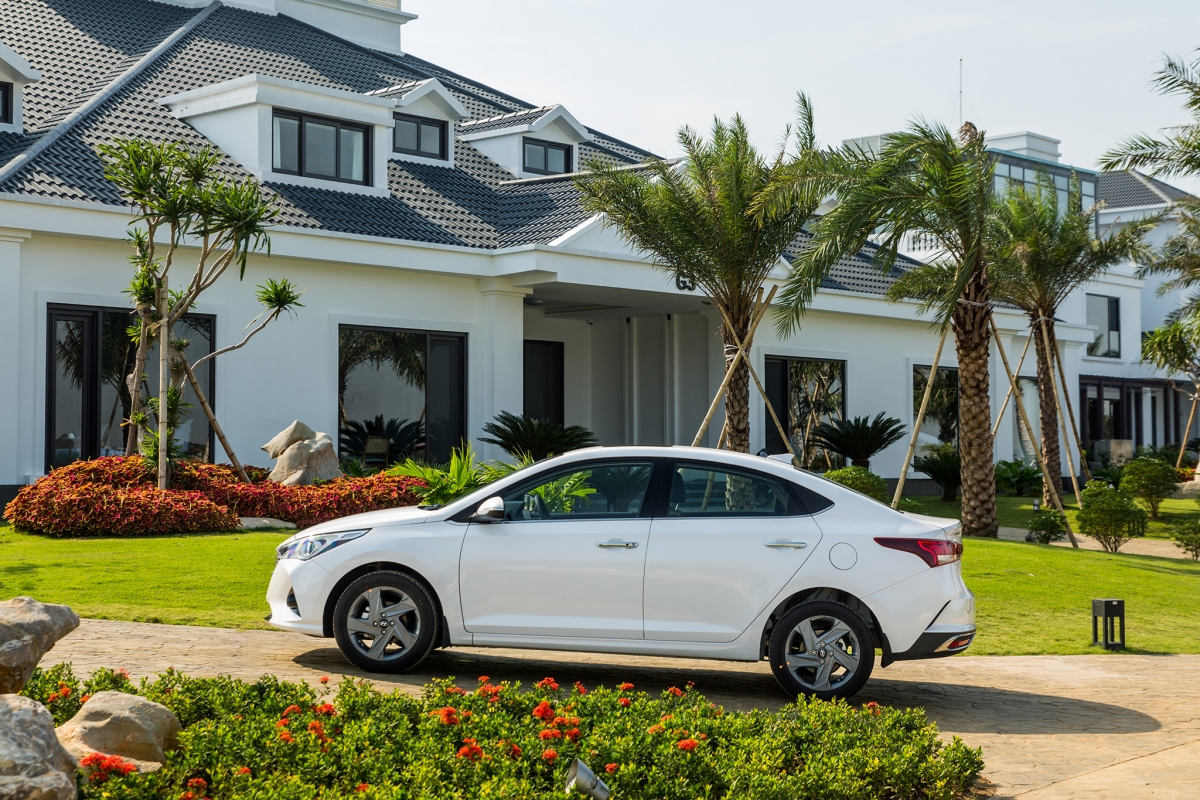 Hyundai Accent 2021 có kích thước dài x rộng x cao lần lượt 4.440 x 1.729 x 1.470mm, cùng chiều dài cơ sở 2.600mm. Những con số này mang đến cho Accent một không gian rộng rãi.