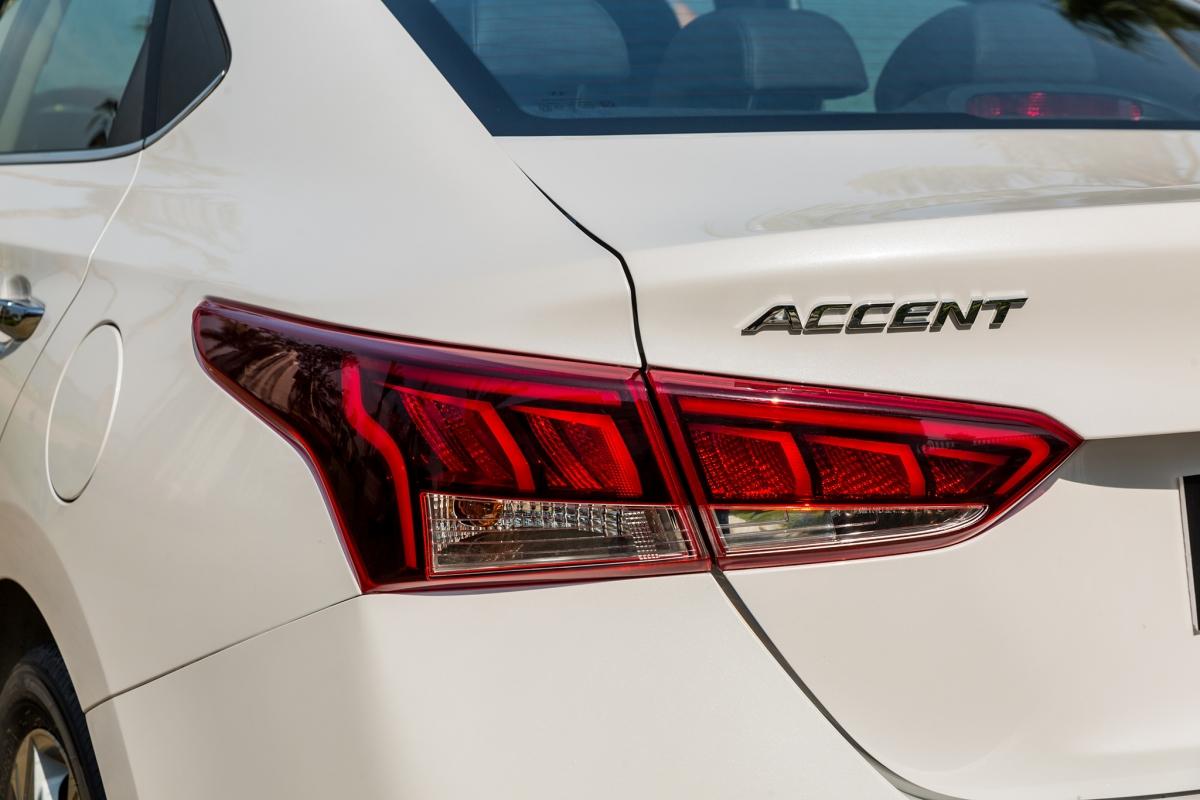 Phong cách thể thao của Accent 2021 tiếp tục được thể hiện ở thiết kế khí động học với tấm hướng gió được hạ thấp ở phần mui, thân xe với các chi tiết dập nổi với các đường dẫn khí động học giúp tạo nên chỉ số cản gió cho xe là 0.308Cd mang tới hiệu quả về việc giảm độ ồn cũng như khả năng tiết kiệm nhiên liệu cho xe. Phần đuôi xe vẫn được trang bị cụm đèn hậu LED 3D bắt mắt cùng bộ khuếch tán gió giúp tăng chất thể thao cho xe.