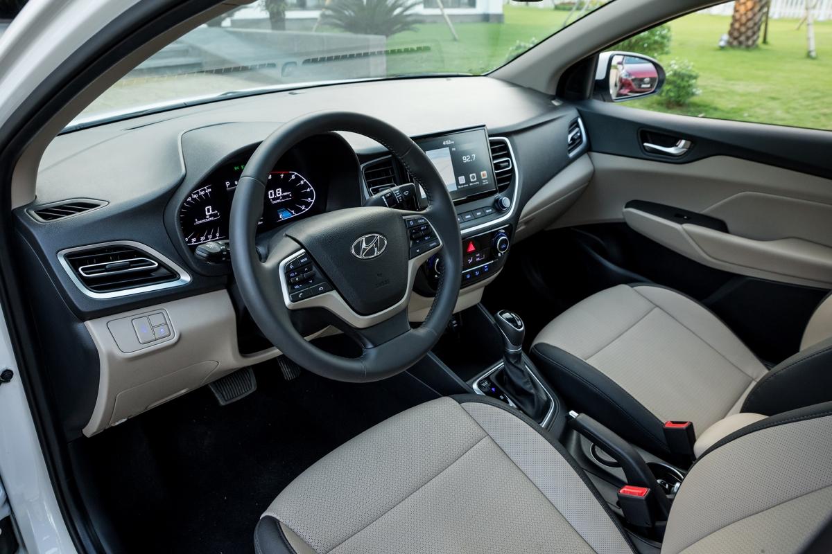 Nội thất của Accent 2021 tiếp tục áp dụng triết lý HMI (Human Machine Interface) thế hệ mới tương tự Elantra hay Tucson khi hướng tới người lái với bảng điều khiển trực quan, dễ sử dụng kết hợp không gian rộng rãi cùng chất liệu chế tạo và trang bị công nghệ tiên tiến.