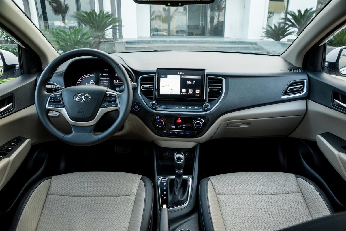 Accent 2021 vẫn sở hữu hệ thống dẫn đường của Hyundai phát triển riêng cho thị trường Việt Nam. Bên cạnh khả năng định vị, bản đồ trên xe còn cung cấp các thông tin tiện ích khác như điểm dịch vụ 3S, các công trình công cộng như trạm xăng, điểm dịch vụ,... Vô lăng Accent bọc da và tích hợp rất nhiều chức năng điều khiển rảnh tay, trên vô lăng tích hợp hệ thống điều khiển hành trình giúp tài xế nhàn chân hơn khi di chuyển trên đường cao tốc.